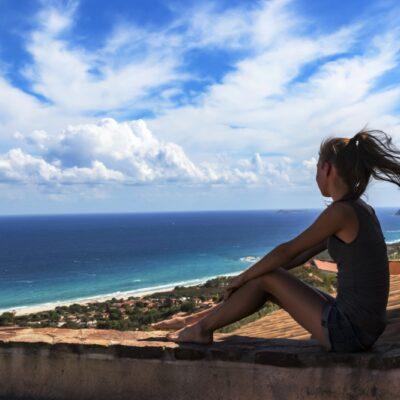 Mädchen Blickt über Die Costa Rei Auf Sardinien